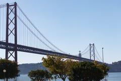 A vista da ponte nomeou o 25 de abril em Lisboa Imagens de Stock Royalty Free