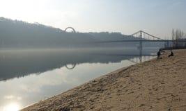 Vista da ponte pedestre e do rio de Dnieper em Kiev imagens de stock royalty free