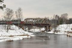 Vista da ponte railway e dos trens móveis foto de stock