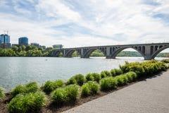 Vista da ponte sobre o rio Imagens de Stock