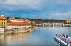 A vista da ponte sobre o rio de Vltava, lado de Charles de Mala Strana, ilha de Kampa Fotos de Stock Royalty Free