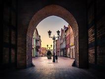 Vista da porta de Czluchowska em Chojnice, Polônia fotos de stock royalty free