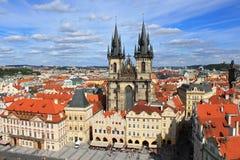 Vista da praça da cidade e da igreja velhas de nossa senhora antes de Tyn em Praga Imagem de Stock
