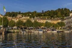 Vista da praça Motta em Orta San Giulio de um barco do táxi, lago Orta, Piedmont, Itália Imagem de Stock Royalty Free