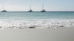 A vista da praia ao mar, as ondas quebra no Sandy Beach, iate no horizonte Praia de Anse Lazio, ilha de Praslin, Seych video estoque