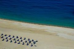 Vista da praia bonita de Myrtos na ilha de Kefalonia, Grécia imagem de stock royalty free