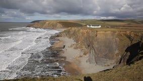 Vista da praia Bude Cornualha norte Inglaterra Reino Unido de Crooklets no sentido do trajeto sul da costa oeste da praia de Nort vídeos de arquivo