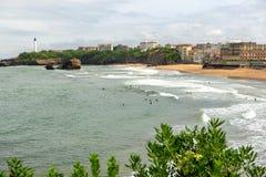 Vista da praia de Biarritz sob o céu nebuloso imagem de stock royalty free