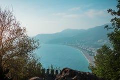 Vista da praia de Cleopatra do castelo em Alanya, Turquia imagens de stock royalty free