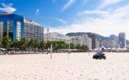 Vista da praia de Copacabana e polícia da praia em Rio de janeiro fotos de stock