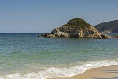 Vista da praia de Kalamitsi, Chalkidiki, Sithonia, Macedônia central Fotos de Stock Royalty Free