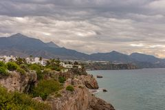 Vista da praia de Nerja do balcão de Europa fotografia de stock royalty free
