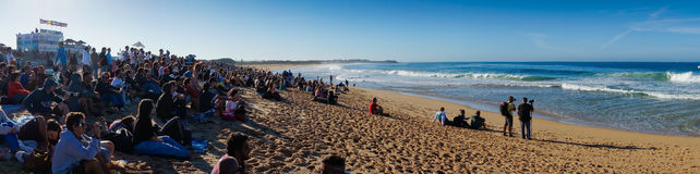 Vista da praia de Supertubos na onda do rasgo pro Imagens de Stock Royalty Free