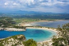 Vista da praia de Voidokilia na região de Peloponnese de Grécia, do Palaiokastro imagens de stock
