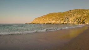 Vista da praia de Zorkos na ilha de Andros em Grécia Um destino turístico bonito video estoque