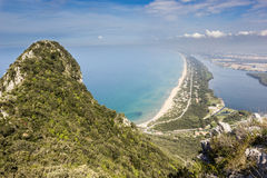 Vista da praia, do lago e do mar claro da montagem Circeo Fotos de Stock Royalty Free