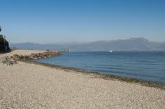Vista da praia do lago Garda durante o inverno Imagem de Stock