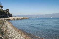 Vista da praia do lago Garda durante o inverno Imagens de Stock Royalty Free