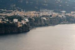 Vista da praia do meta da costa de Sorrento, conceito do curso, espa?o para o texto imagem de stock royalty free