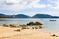 Vista da praia, do prédio e dos barcos na maré baixa Imagens de Stock