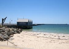 Vista da praia e do molhe fotos de stock royalty free