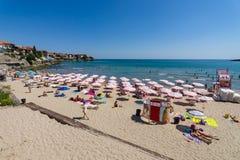 Vista da praia pública de Sozopol na cidade antiga do beira-mar na costa do Mar Negro do búlgaro do Mar Negro Imagens de Stock
