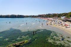 Vista da praia pública de Sozopol na cidade antiga do beira-mar na costa do Mar Negro do búlgaro do Mar Negro Foto de Stock Royalty Free