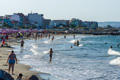 Vista da praia pública o na cidade do beira-mar de Pomorie na costa do Mar Negro do búlgaro do Mar Negro Imagem de Stock