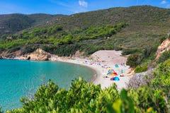 Vista da praia selvagem bonita em Elba Island e na lagoa azul Console da Ilha de Elba, Italy fotografia de stock royalty free