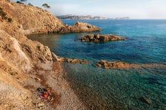 A vista da praia selvagem com azuis celestes molha, Mallorca, Espanha Fotos de Stock