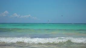 Vista da praia tropical Barco do parasailing do passeio dos turistas com paraquedas Velas do iate da navigação em ondas Água de t vídeos de arquivo