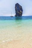 A vista da praia tropical e o céu claro do água e o azul com pedra calcária balançam o fundo na ilha do po a Dinamarca, krabi Tai Imagens de Stock Royalty Free