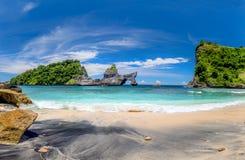 Vista da praia tropical idílico com ilha pequena e agua potável perfeita dos azuis celestes imagem de stock