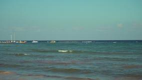 Vista da praia tropical no por do sol Barcos do Parasailing no cais Água de turquesa do mar das caraíbas Maya México de Riviera vídeos de arquivo