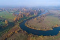 Vista da propriedade de Trigorskoe e do rio de Sorot, fotografia aérea da manhã de outubro Montanhas de Pushkin imagens de stock royalty free