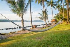 Vista da rede acolhedor da palha na praia branca tropical foto de stock