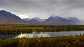 Vista da região selvagem do Alasca em cores da queda Imagens de Stock Royalty Free