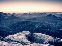 Vista da rocha ao horizonte distante com raios claros e efeito do alargamento da lente fotografia de stock