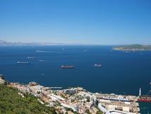 Vista da rocha de Gibraltar de navios do recipiente e da carga Imagem de Stock Royalty Free