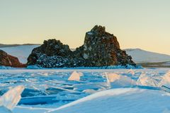 Vista da rocha de Shamanka e do Lago Baikal congelado imagem de stock