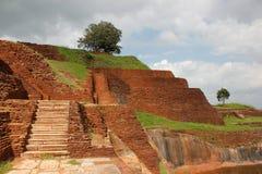 Vista da rocha do leão em Sigiriya com as nuvens no céu imagens de stock royalty free