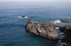 Vista da rocha no oceano Fotos de Stock Royalty Free