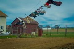 A vista da roupa da lavanderia de Amish, seca no sol e no ar em Lancaster fotografia de stock
