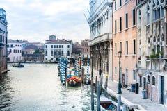 Vista da rua da água e de construções velhas em Veneza, ITÁLIA foto de stock royalty free