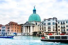 Vista da rua da água e de construções velhas em Veneza, ITÁLIA fotos de stock royalty free