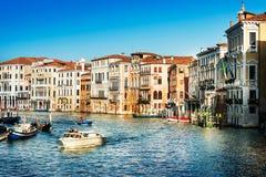 Vista da rua da água e de construções velhas em Veneza, ITÁLIA imagem de stock