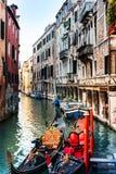Vista da rua da água e de construções velhas em Veneza, ITÁLIA foto de stock