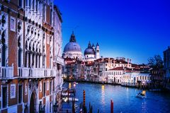 Vista da rua da água e de construções velhas em Veneza, ITÁLIA imagens de stock royalty free