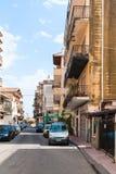 Vista da rua através dos ísquios na cidade de Giardini Naxos Imagem de Stock