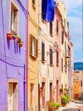 Vista da rua bonita, colorida, estreita em Bosa província de Oristano, Sardinia, foto de stock